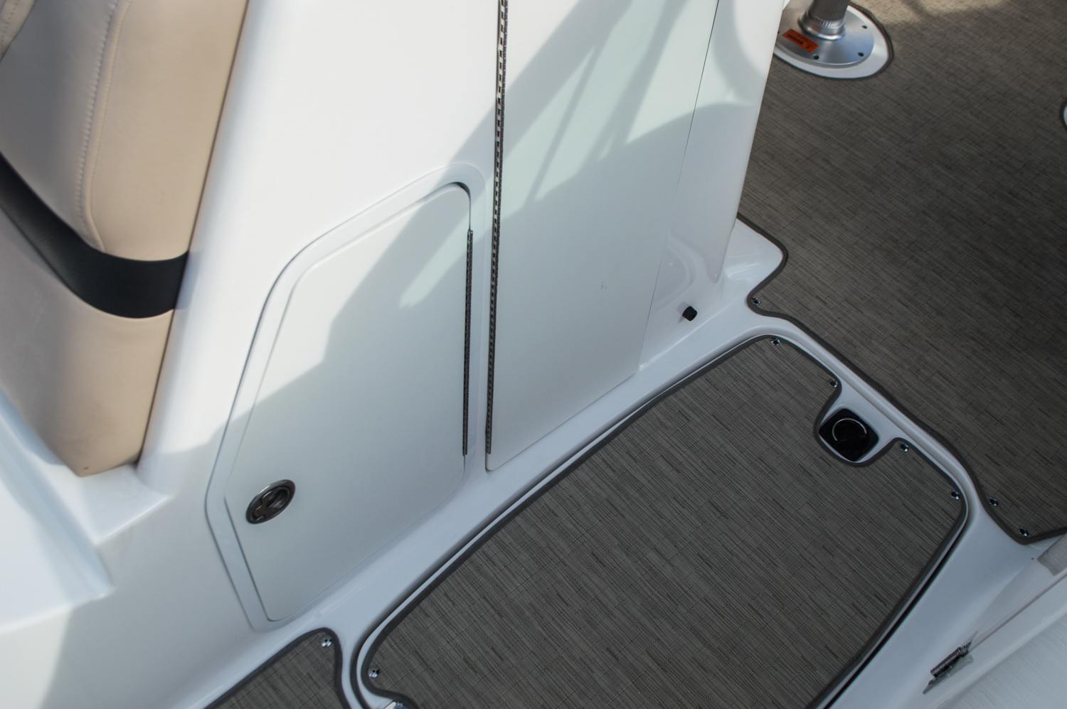 Thumbnail 16 for Used 2014 Hurricane SunDeck SD 2200 DC OB boat for sale in West Palm Beach, FL