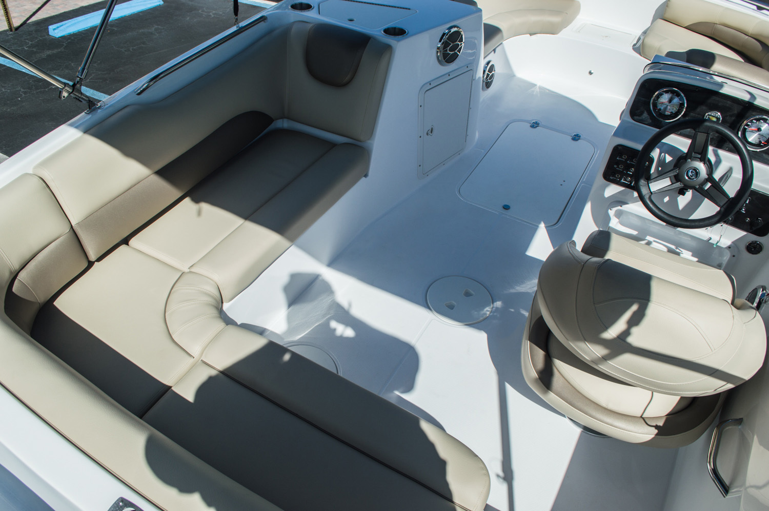 Thumbnail 16 for New 2016 Hurricane SunDeck Sport SS 188 OB boat for sale in West Palm Beach, FL