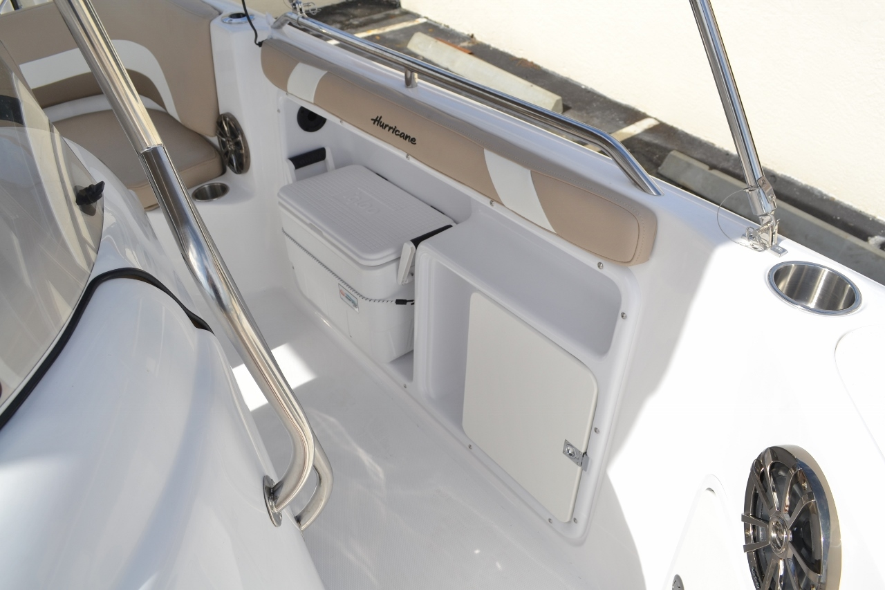 Thumbnail 14 for New 2016 Hurricane SunDeck Sport SS 211 OB boat for sale in West Palm Beach, FL