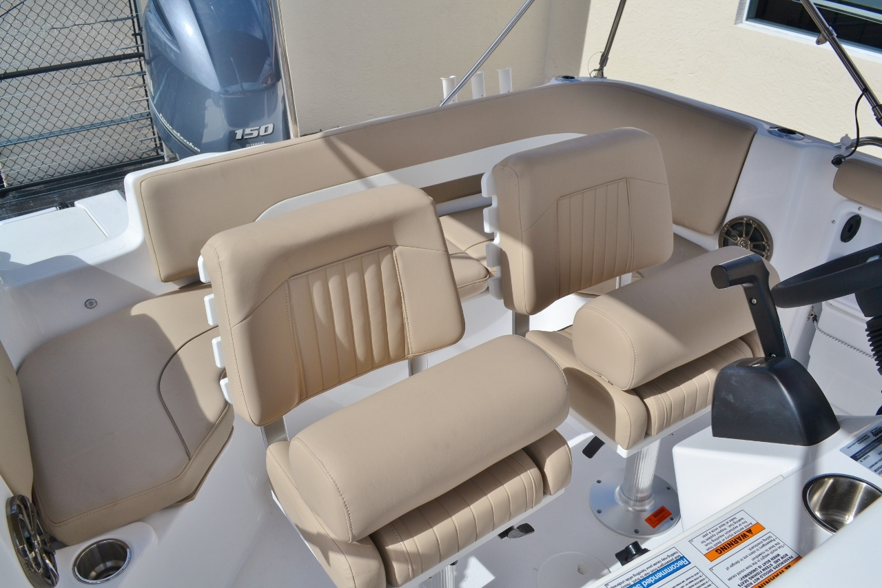 Thumbnail 17 for New 2016 Hurricane SunDeck Sport SS 211 OB boat for sale in West Palm Beach, FL