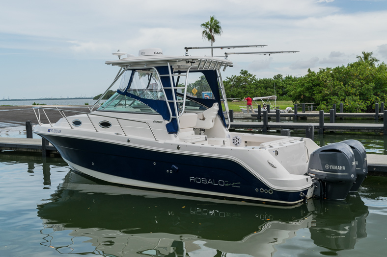 Thumbnail 3 for Used 2016 Robalo R305 Express Walkaround boat for sale in Miami, FL