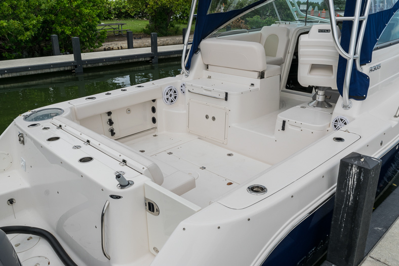 Thumbnail 13 for Used 2016 Robalo R305 Express Walkaround boat for sale in Miami, FL