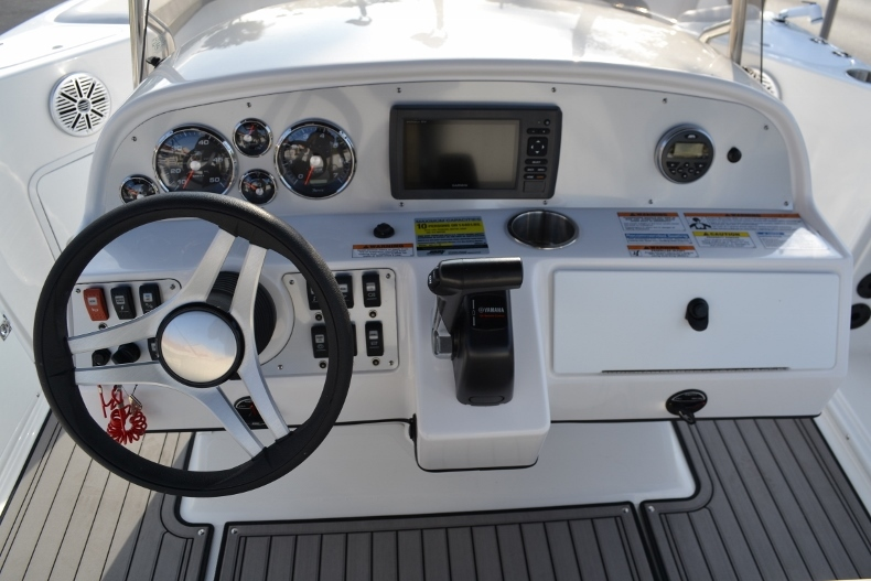 Thumbnail 9 for New 2017 Hurricane SunDeck Sport SS 211 OB boat for sale in West Palm Beach, FL