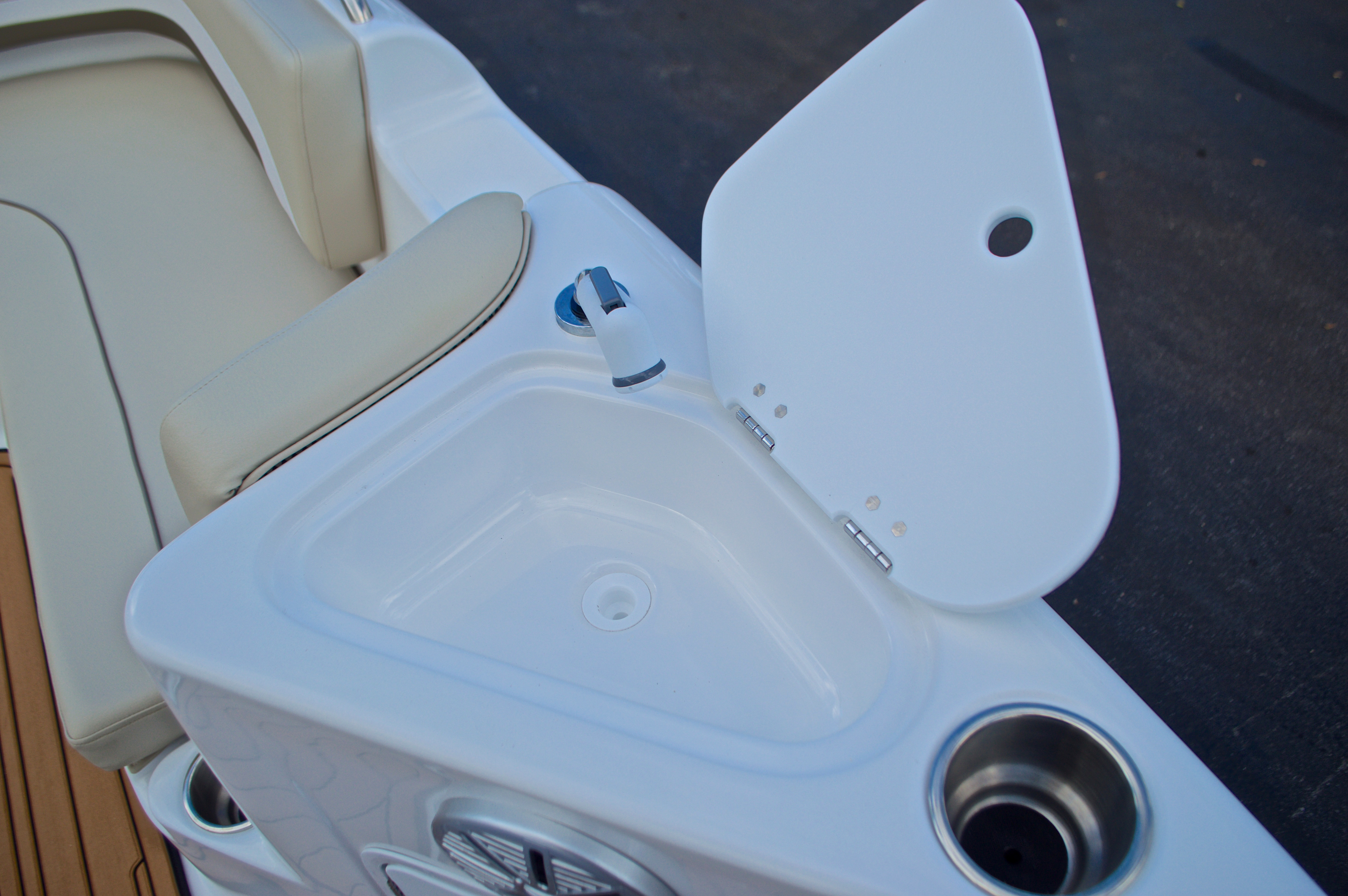 Thumbnail 36 for New 2017 Hurricane Sundeck Sport SS 231 OB boat for sale in West Palm Beach, FL