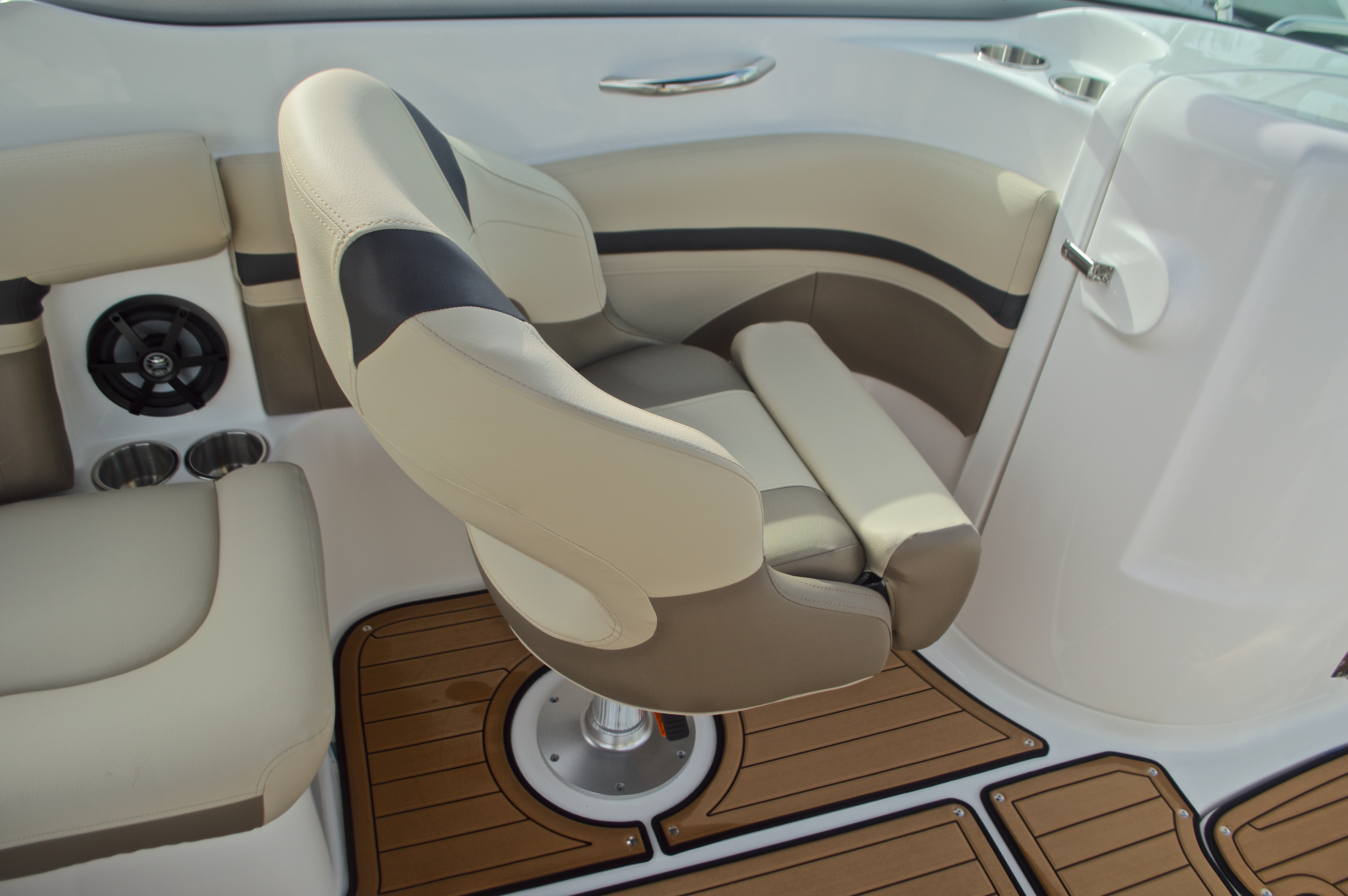 Thumbnail 31 for New 2017 Hurricane SunDeck SD 2200 DC OB boat for sale in West Palm Beach, FL