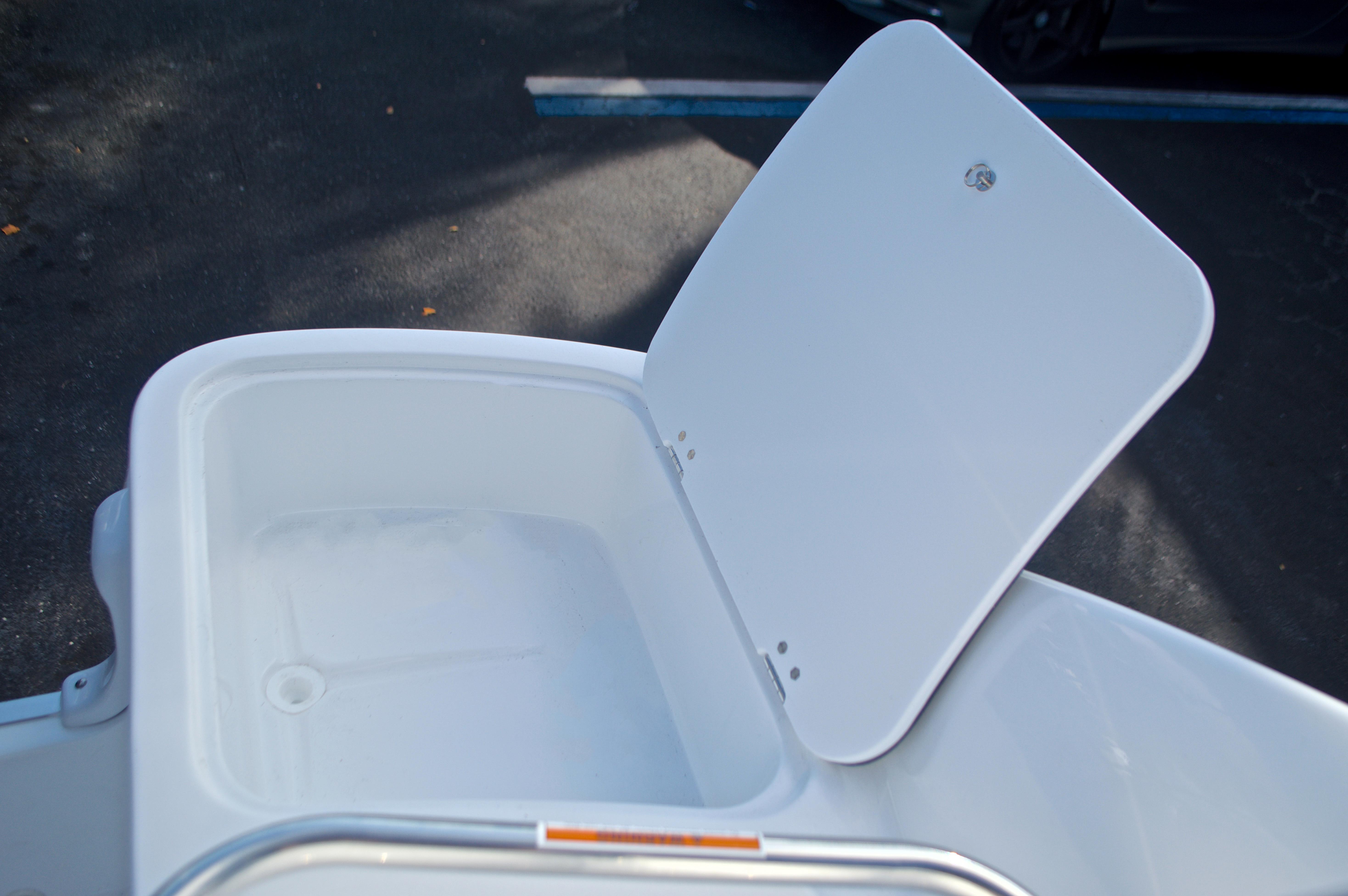 Thumbnail 20 for New 2017 Hurricane SunDeck SD 2400 OB boat for sale in Miami, FL