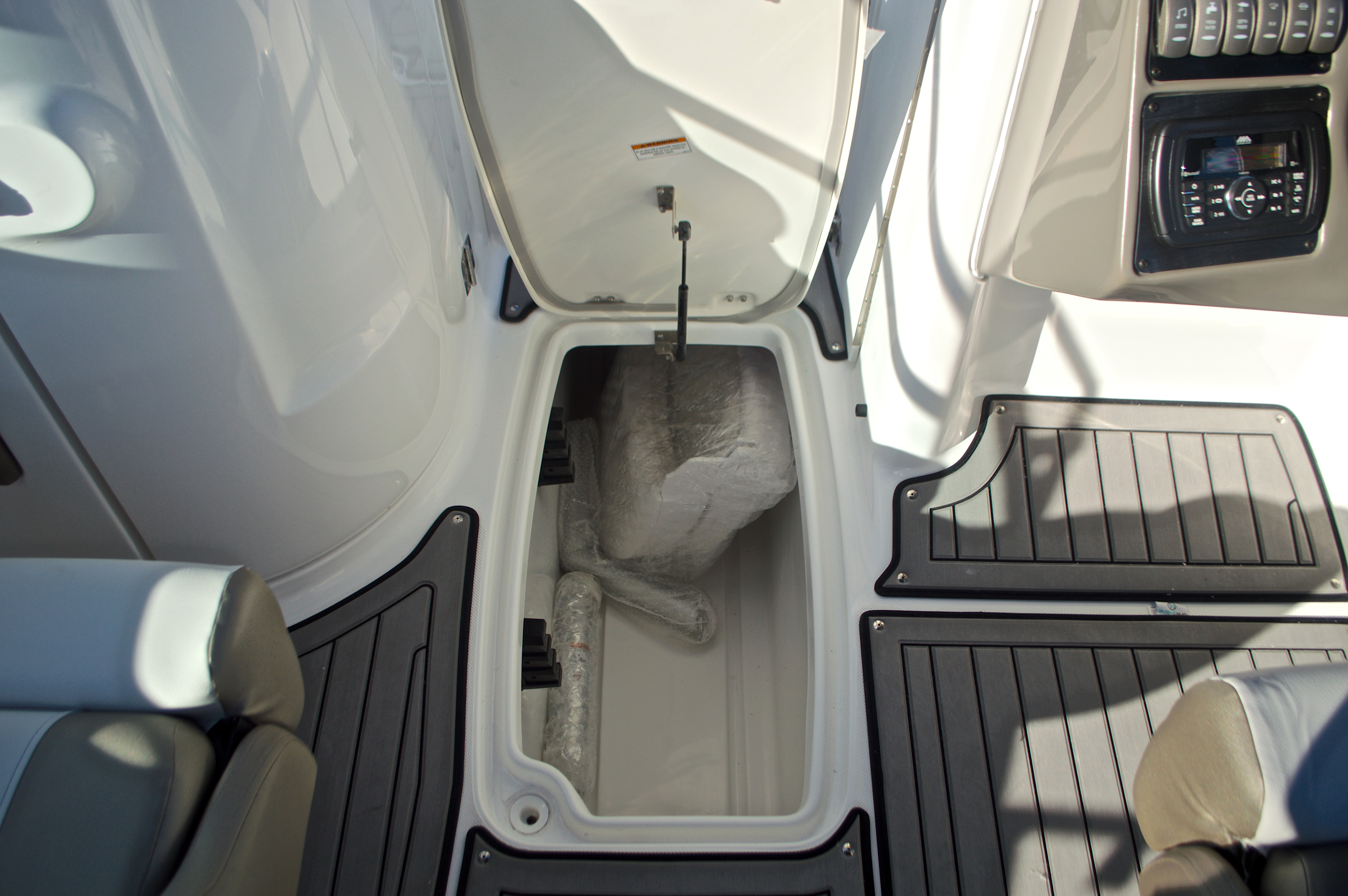 Thumbnail 49 for New 2017 Hurricane SunDeck SD 2400 OB boat for sale in Miami, FL