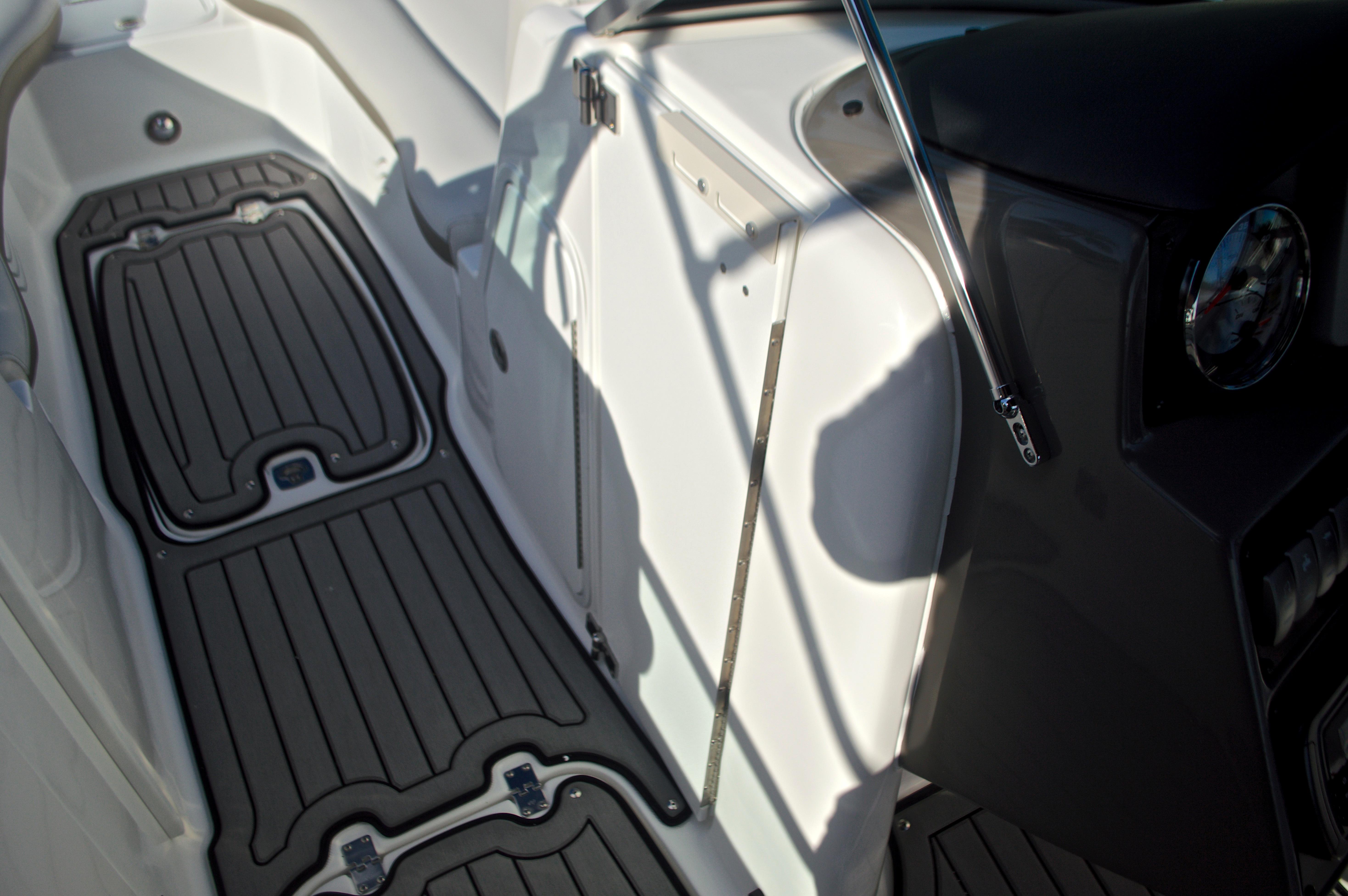 Thumbnail 52 for New 2017 Hurricane SunDeck SD 2400 OB boat for sale in Miami, FL