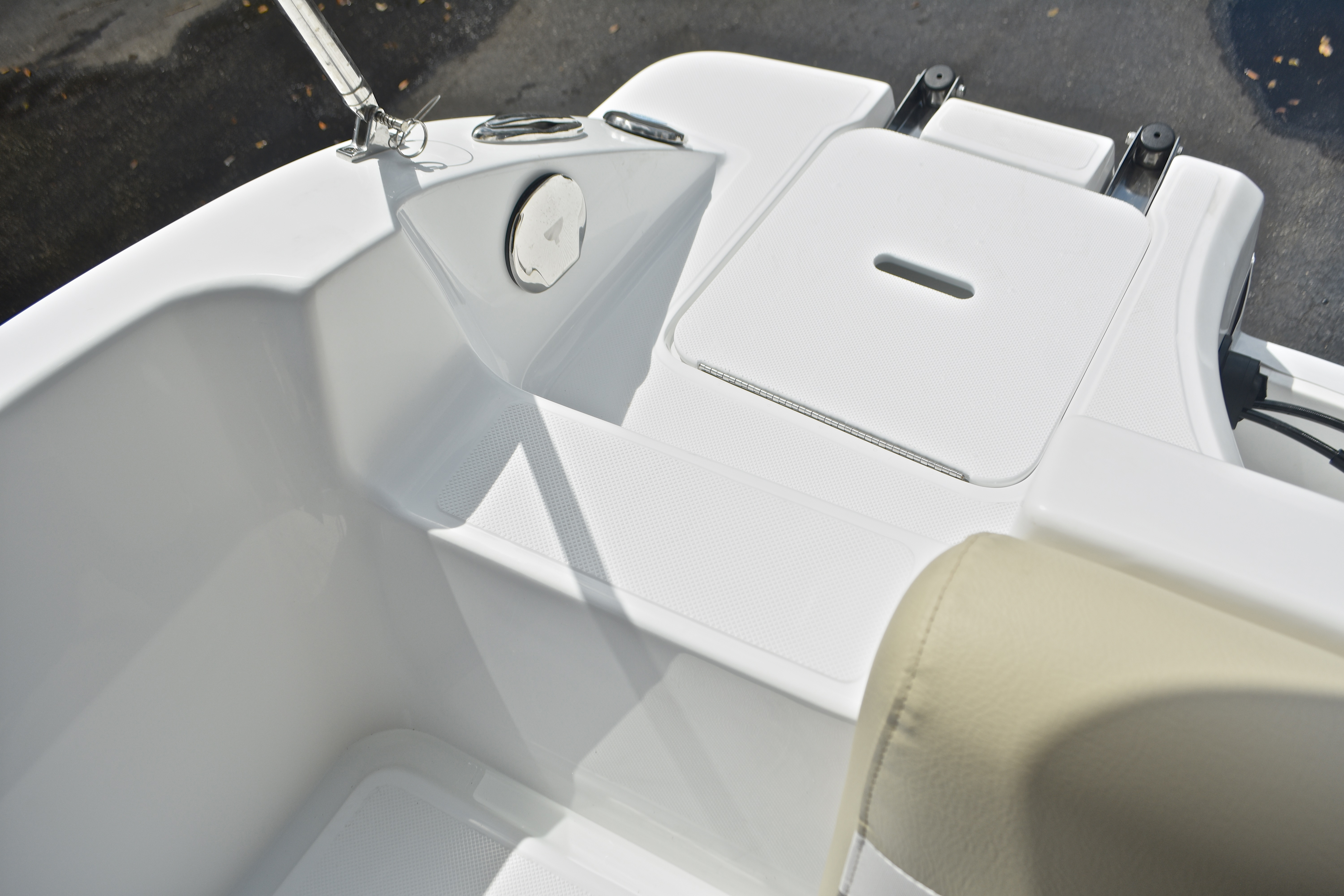 Thumbnail 11 for New 2017 Hurricane SunDeck Sport SS 188 OB boat for sale in West Palm Beach, FL