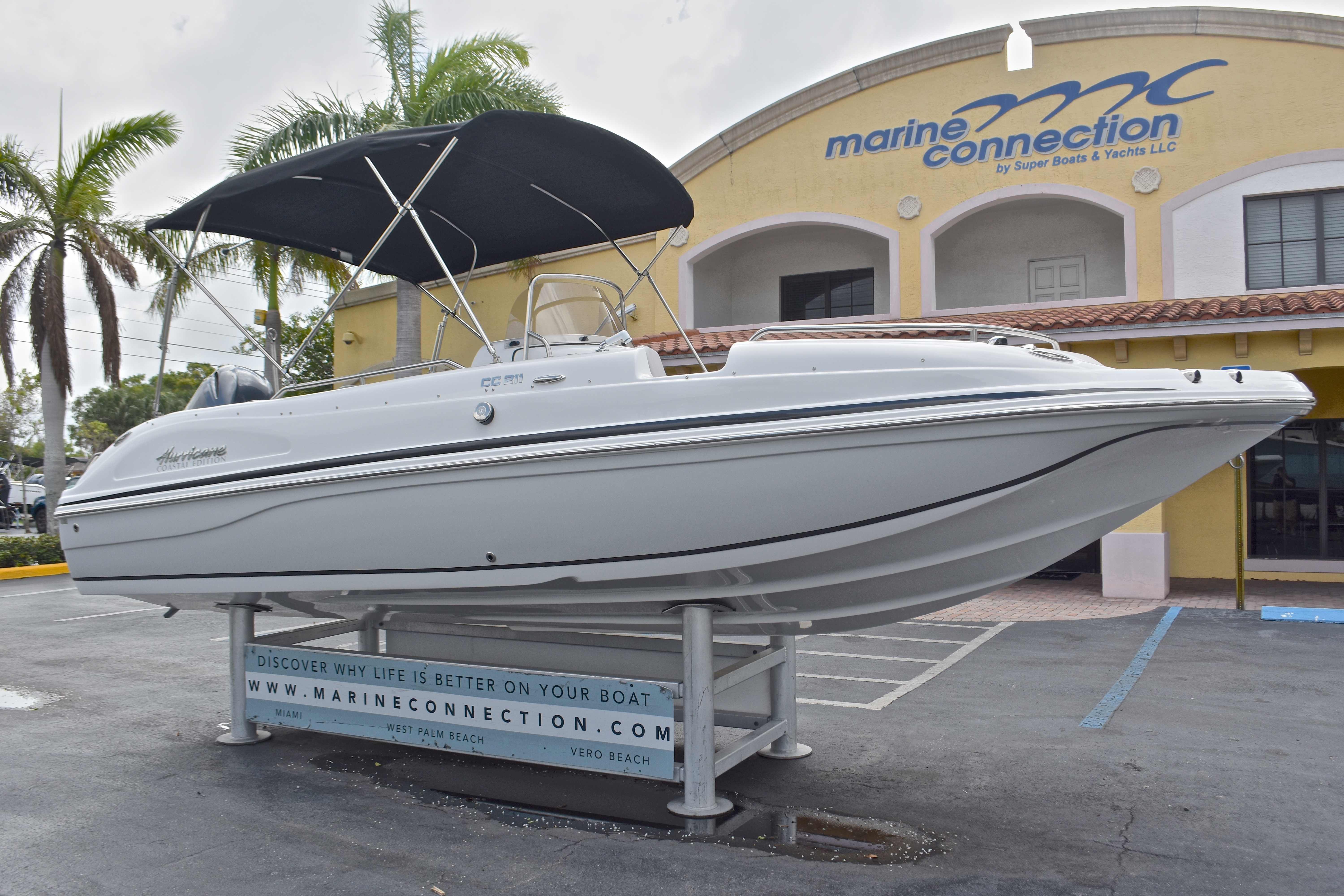 Thumbnail 3 for New 2017 Hurricane SunDeck Sport SS 211 OB boat for sale in West Palm Beach, FL