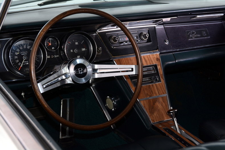 1965 Buick Riviera Image 2