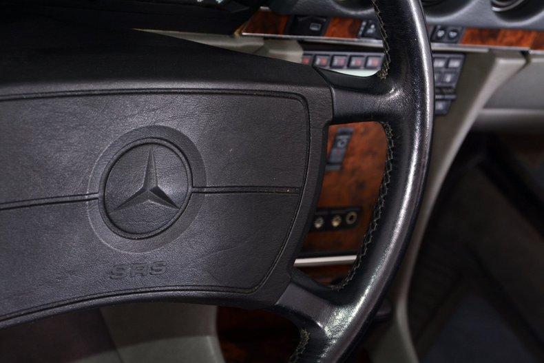 1986 Mercedes-Benz 560SL Image 16
