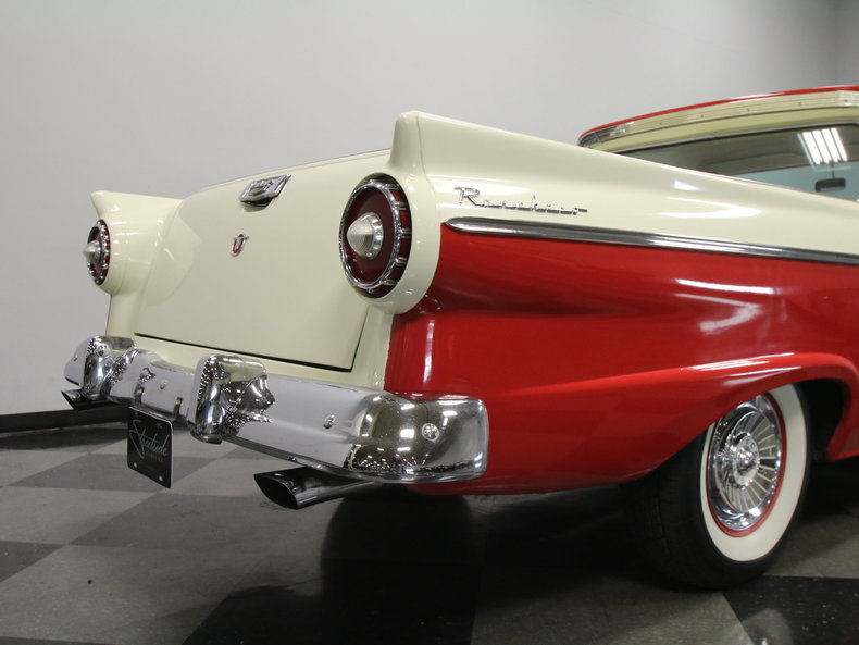Attirant 1957 Ford. Ranchero